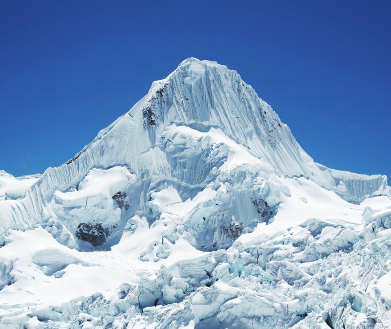 Montanha Alpamayo da neve imagens de stock