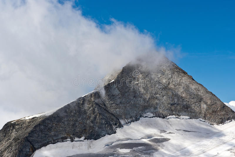 Montanha alpina e nuvem nevoenta fotografia de stock