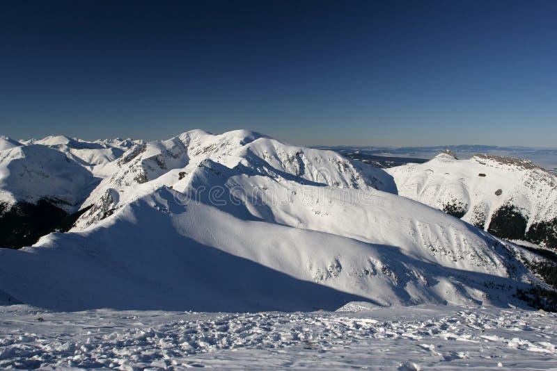 Montanha alta na neve imagem de stock royalty free