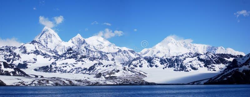 Montanha antárctica em um céu azul fotos de stock royalty free