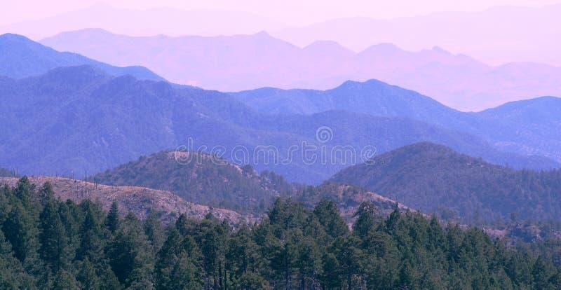 Montanha após a montanha fotografia de stock royalty free