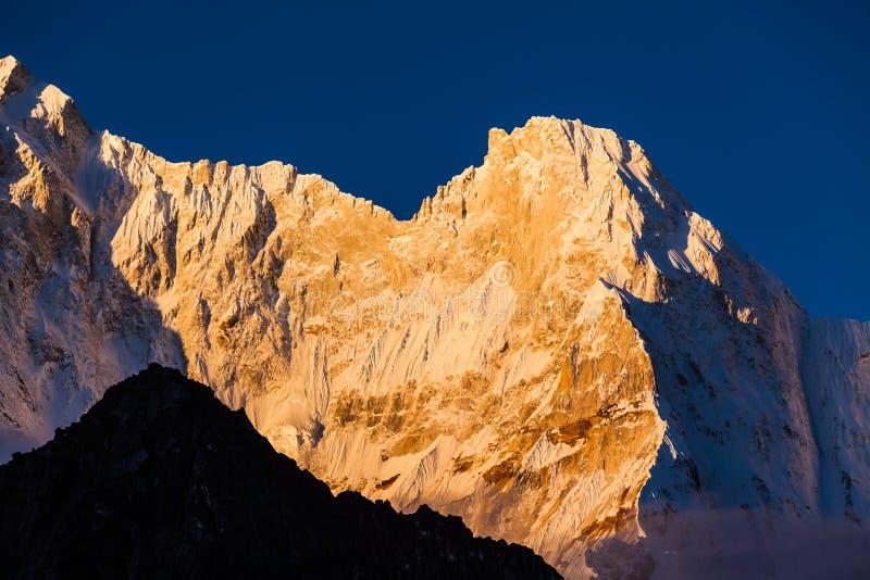 Montanha ascendente pr?xima da neve no nascer do sol na montanha de Himalaya de Tibet imagens de stock royalty free