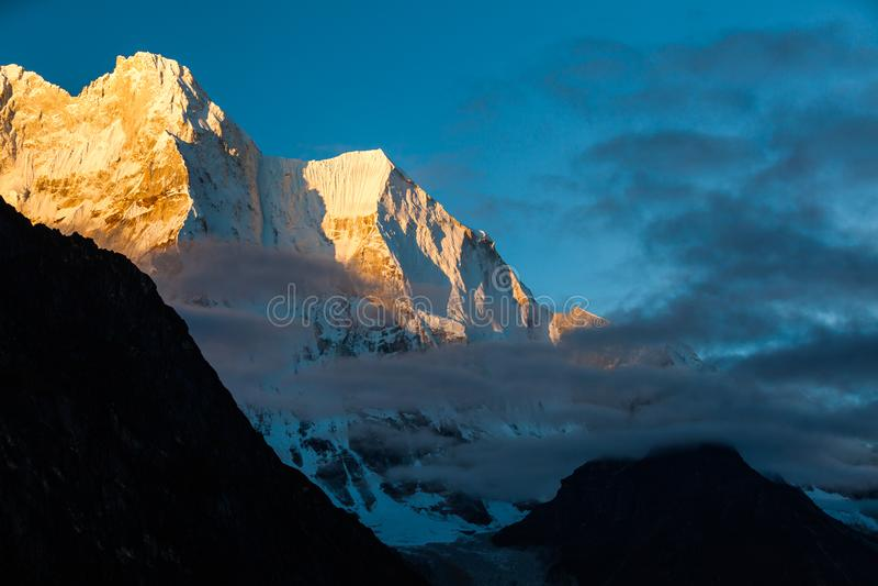 Montanha ascendente pr?xima da neve no nascer do sol na montanha de Himalaya de Tibet fotografia de stock