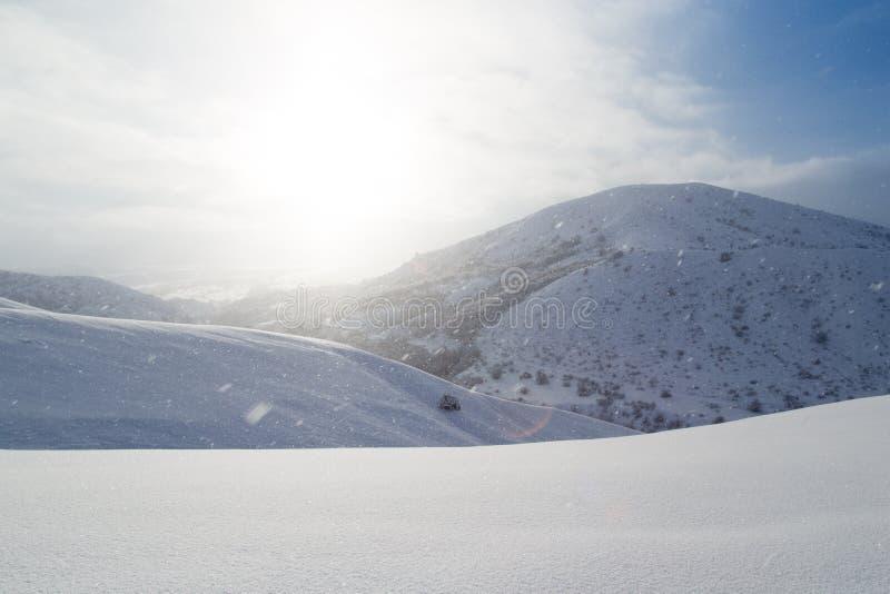 Montanha bonita da neve no sol do alvorecer imagem de stock royalty free
