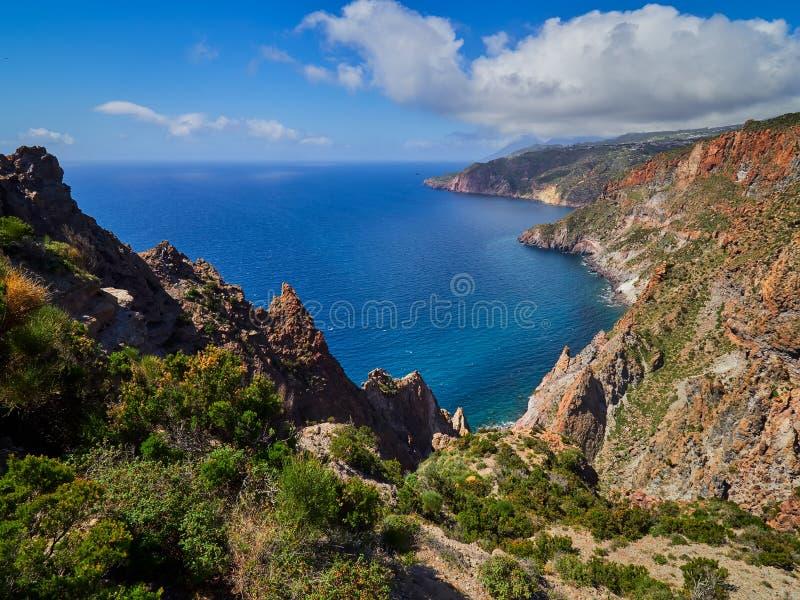Montanha bonita e cenário da costa em fugas de caminhada de Lipari, ilhas eólias, Sicília, Itália imagens de stock