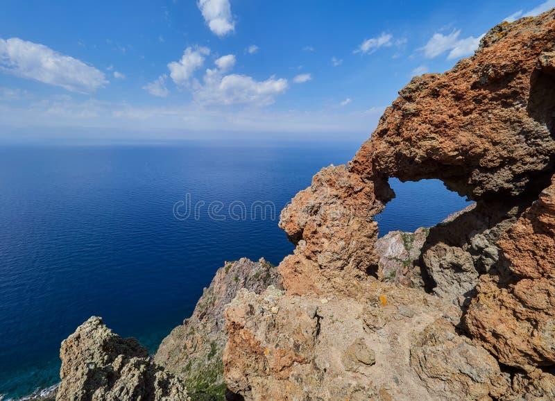 Montanha bonita e cenário da costa em fugas de caminhada de Panarea, ilhas eólias, Sicília, Itália imagem de stock royalty free