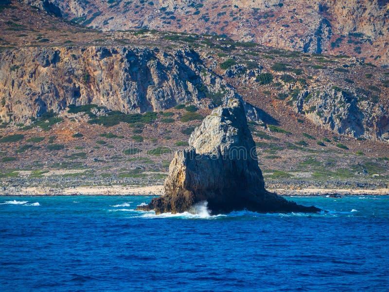 Montanha bonita e litoral rochoso com a formação de rocha grande que sai da água imagens de stock royalty free