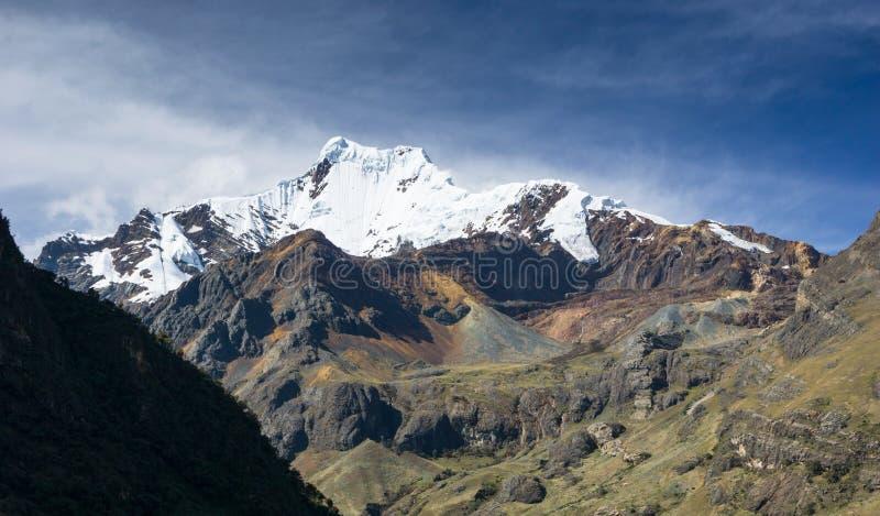 Montanha coberto de neve e vale no Peru nos Andes do BLANCA de Cordilheira foto de stock