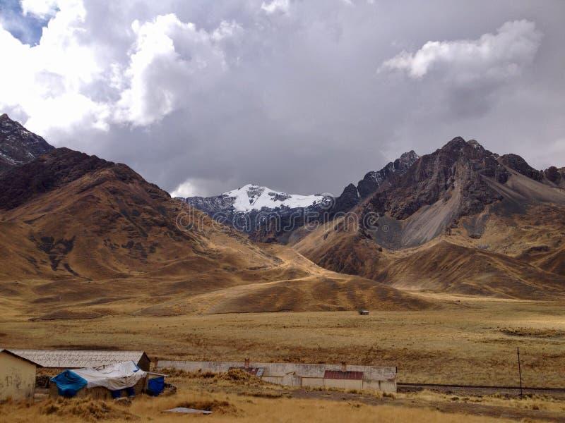 Montanha coberto de neve em Abra La Raya Pass nos Andes peruanos foto de stock