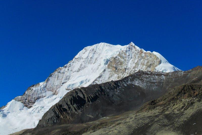 Montanha coberto de neve Huayna Potosi de Bolívia Andes foto de stock
