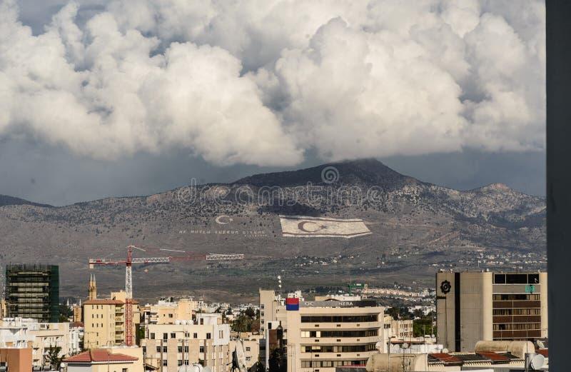 Montanha com as bandeiras turcas que separam Chipre fotografia de stock
