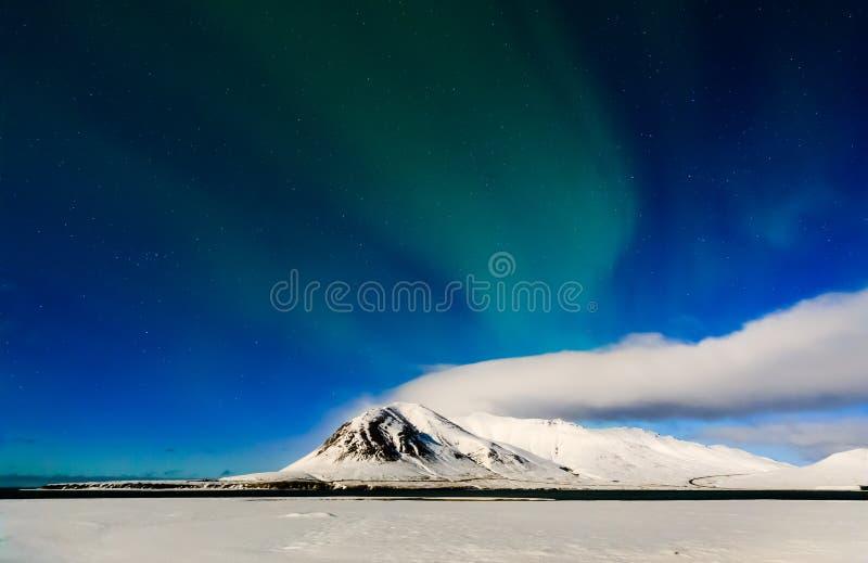 Montanha com aurora borealis, Islândia fotos de stock