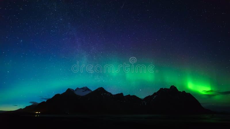 Montanha com aurora borealis, Islândia de Vestrahorn foto de stock royalty free
