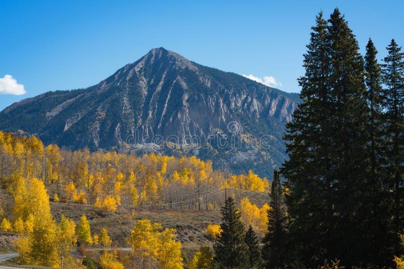 Montanha com crista do montículo no outono imagem de stock royalty free