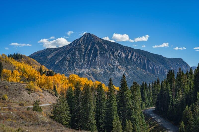 Montanha com crista do montículo no outono imagem de stock