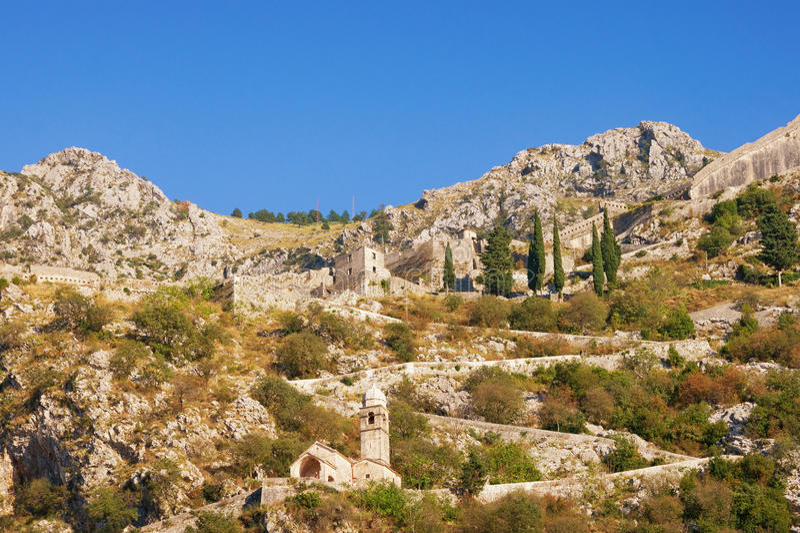 Montanha com fortificações velhas e estrada à fortaleza de Kotor montenegro fotografia de stock royalty free
