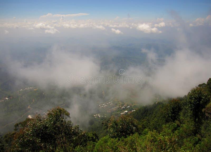 Montanha com névoa e nuvens em Sri Lanka imagens de stock royalty free