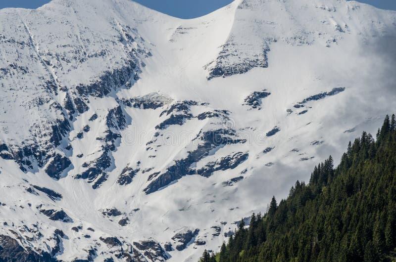 montanha com neve e rochas imagens de stock