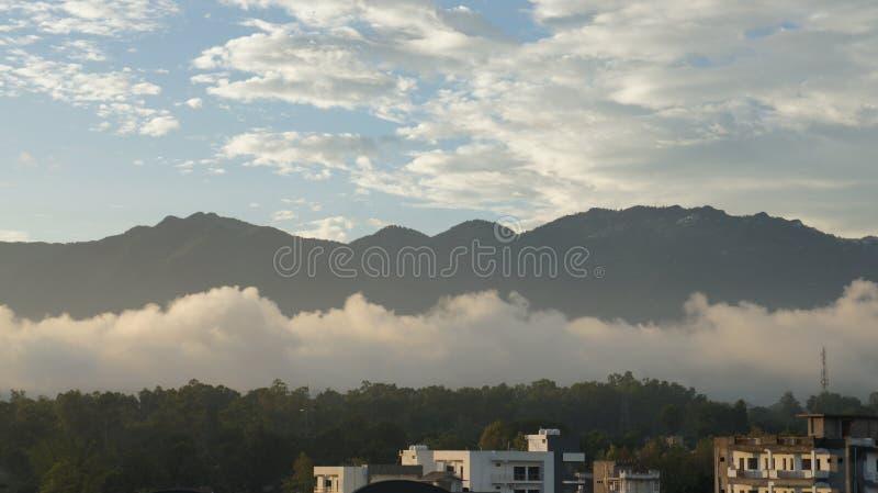 Montanha com nuvens e céu foto de stock