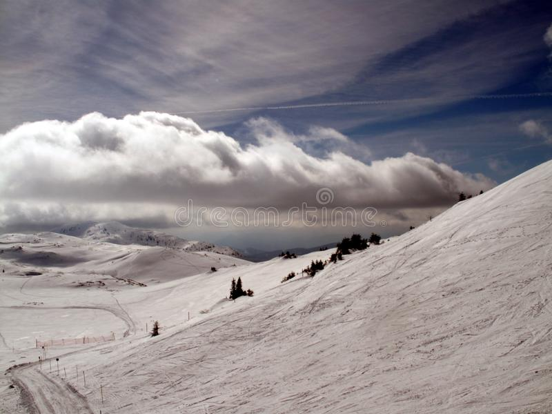 Montanha com nuvens e neve fotos de stock royalty free