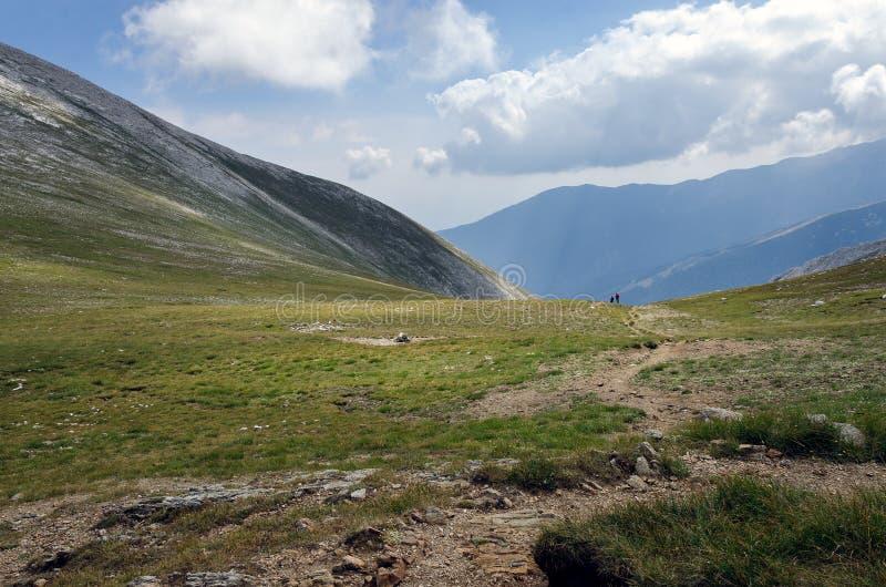 Montanha com pares de nuvens brancas inchado grandes fotos de stock royalty free