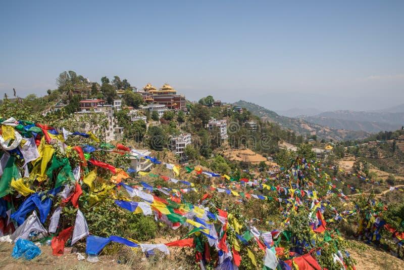 Montanha da bandeira da oração perto do monastério de Namobuddha imagem de stock