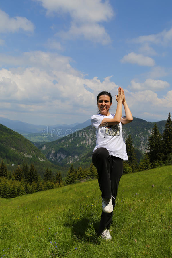 Montanha da dança da mulher imagens de stock royalty free