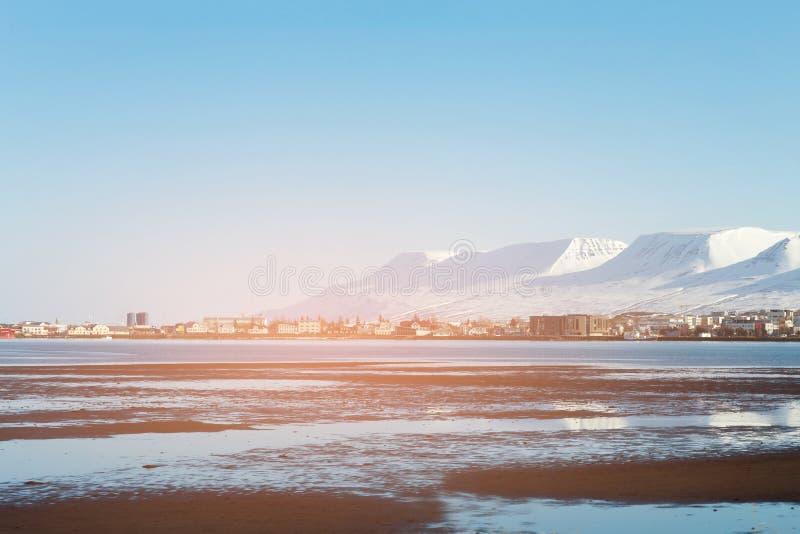 Montanha da estação do inverno de Islândia e vila pequena foto de stock royalty free