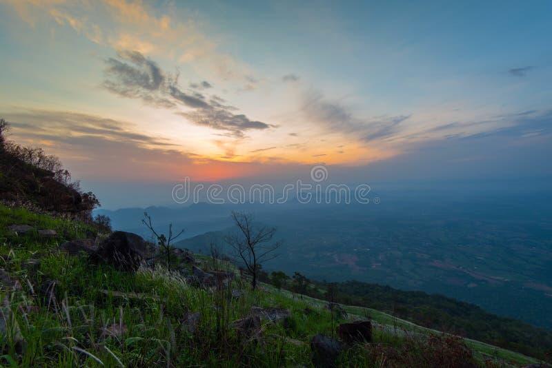 Montanha da manhã da nuvem foto de stock royalty free