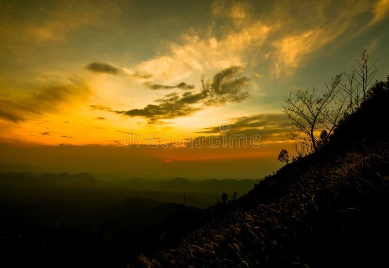 Montanha da manhã da nuvem fotos de stock royalty free