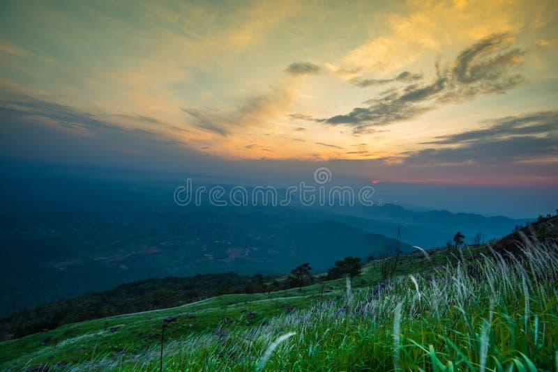 Montanha da manhã da nuvem foto de stock