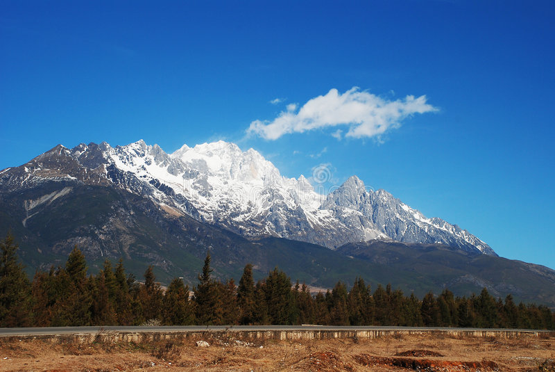 Montanha da neve do dragão do jade imagem de stock royalty free