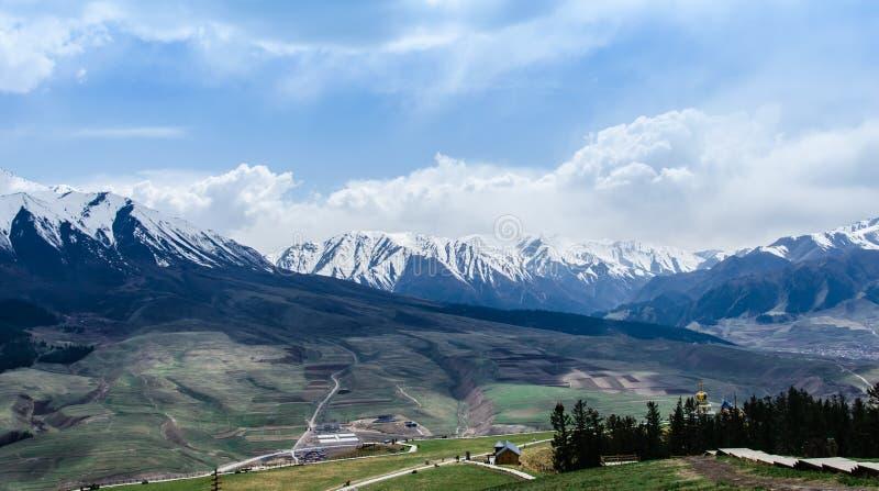 Montanha da neve e opini?o pequena da paisagem da vila foto de stock royalty free