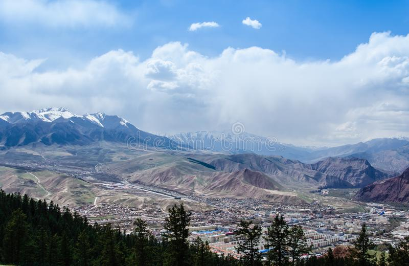 Montanha da neve e opini?o pequena da paisagem da vila imagem de stock
