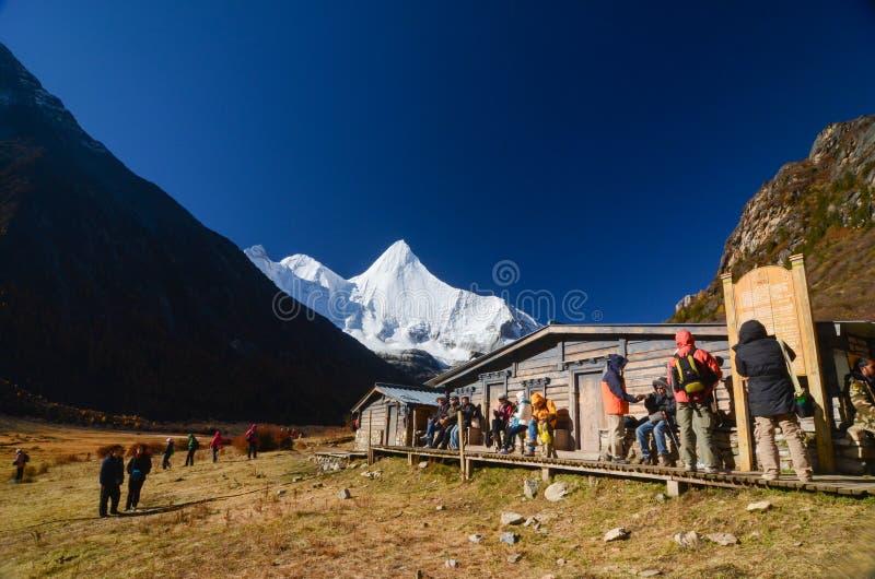 Montanha da neve na reserva natural de Yading, o ?ltimo la de Shangri, Daocheng-Yading, Sichuan, China fotografia de stock