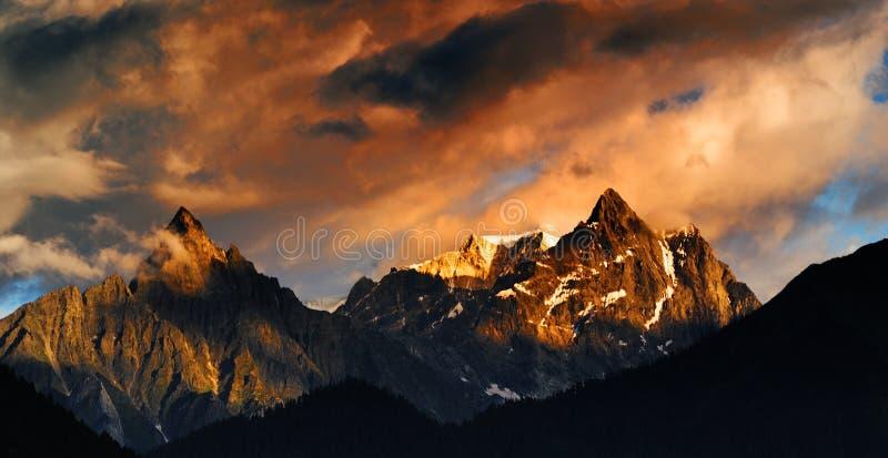 Montanha da neve no por do sol imagens de stock