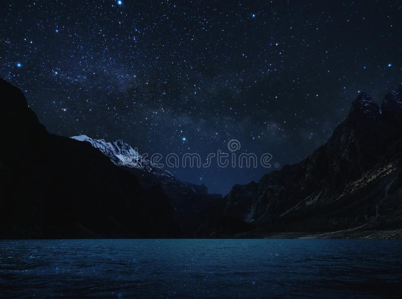 Montanha da paisagem, da silhueta da noite com água no lago e céu completamente da estrela com Via Látea imagens de stock royalty free