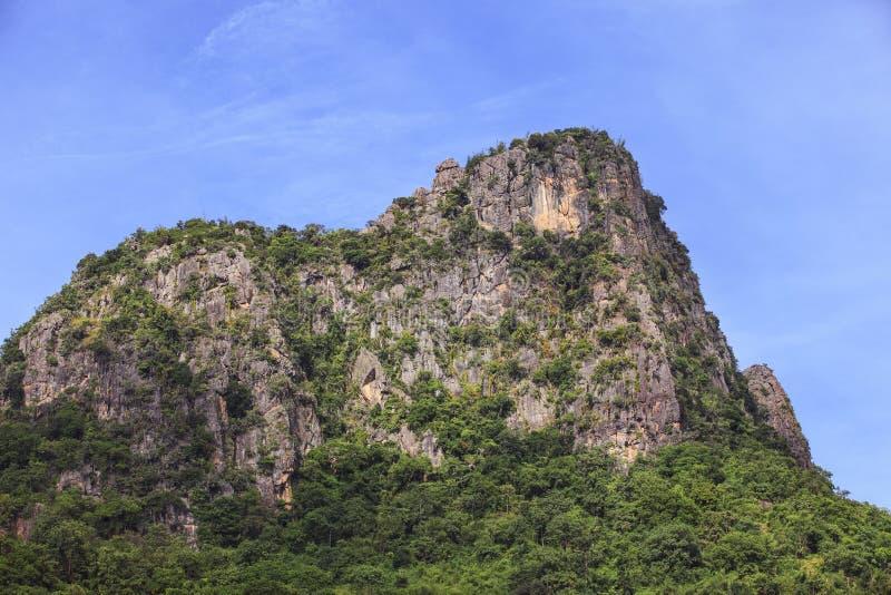 Montanha da pedra de cal contra o céu azul imagens de stock