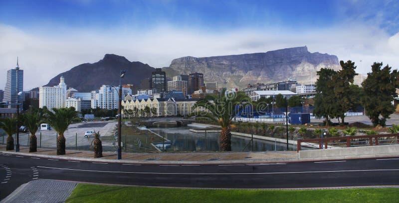 Montanha da tabela & prédio de escritórios, Cape Town, África do Sul. foto de stock royalty free