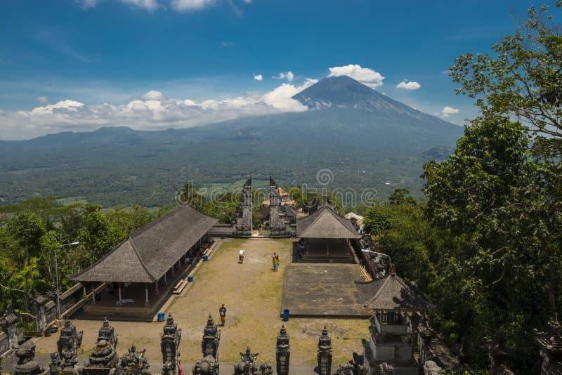 Montanha de Agung do templo de Lempuyang Vulcão ativo Gunung Agung em Bali, Indonésia imagens de stock royalty free