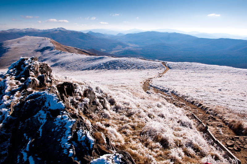 Montanha de Bieszczady coberta pela geada. foto de stock