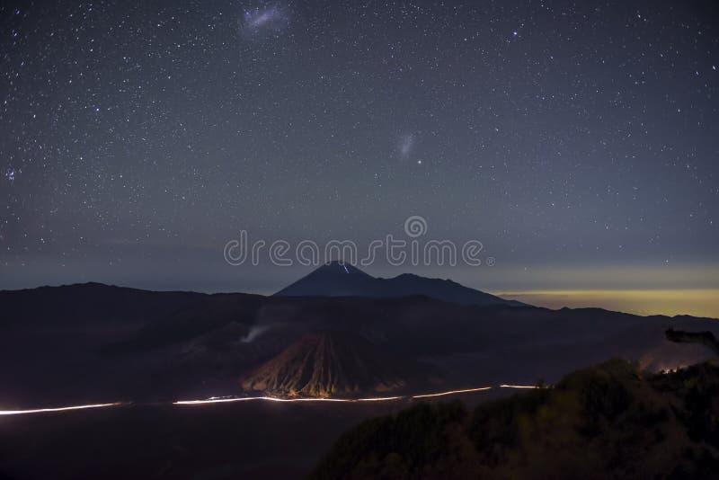 Montanha de Bromo na noite Java, Indonésia imagem de stock