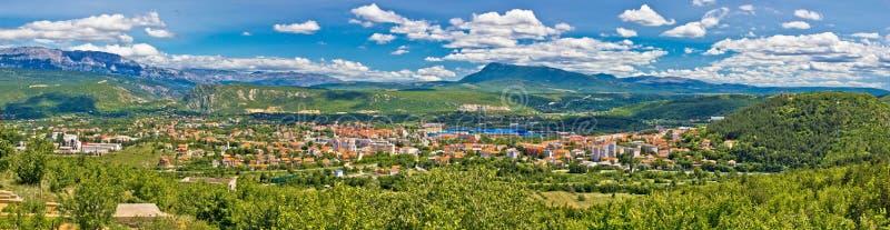 Montanha de Dinara e cidade de Knin fotografia de stock royalty free