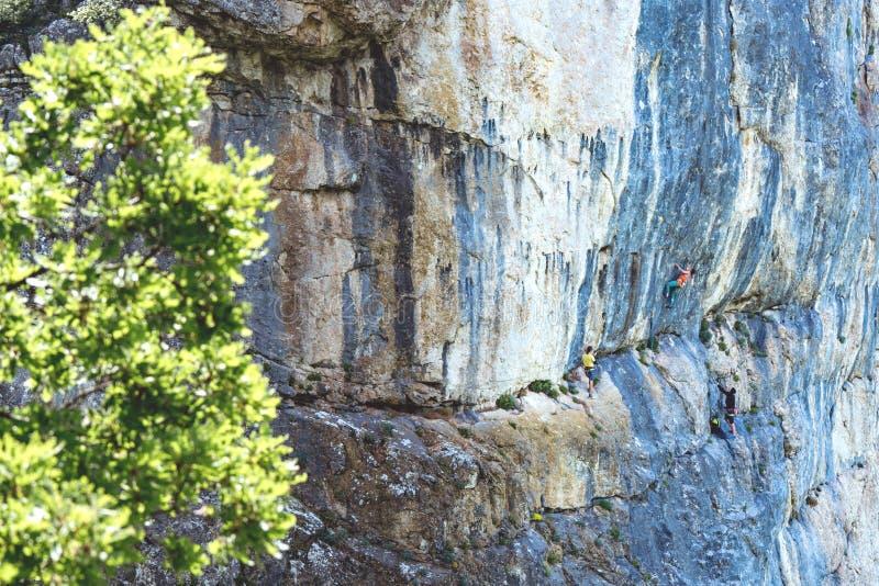 Montanha de escalada da rocha dos povos foto de stock royalty free