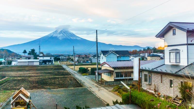 Montanha de Fuji na manhã na opinião do outono atrás da casa de campo de Kawaguchiko fotos de stock