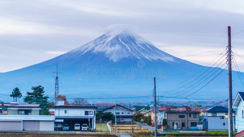 Montanha de Fuji na manhã na opinião do outono atrás da casa de campo de Kawaguchiko imagem de stock royalty free