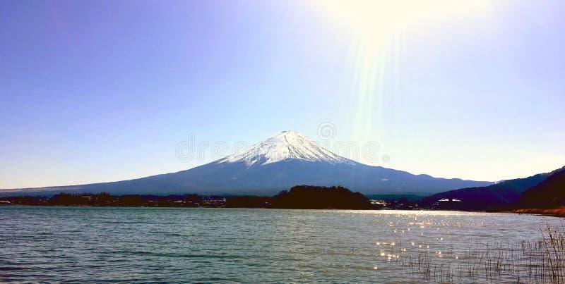 Montanha de Fuji sob a luz pesada do sol da tarde imagem de stock