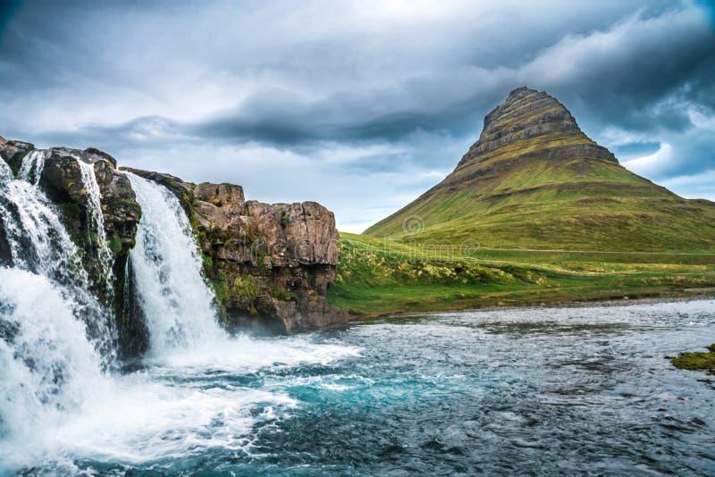 Montanha de Kirkjufell com a cachoeira dos kirkjufellfoss no primeiro plano foto de stock royalty free
