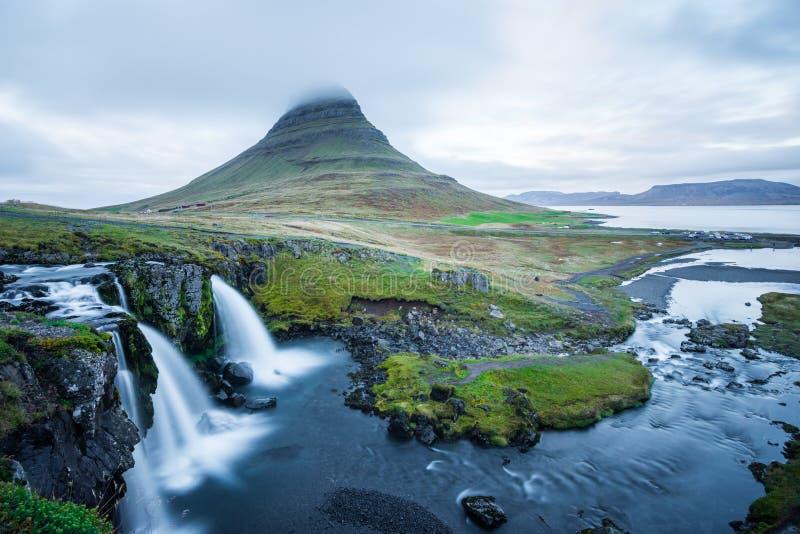 Montanha de Kirkjufell em Islândia fotografia de stock