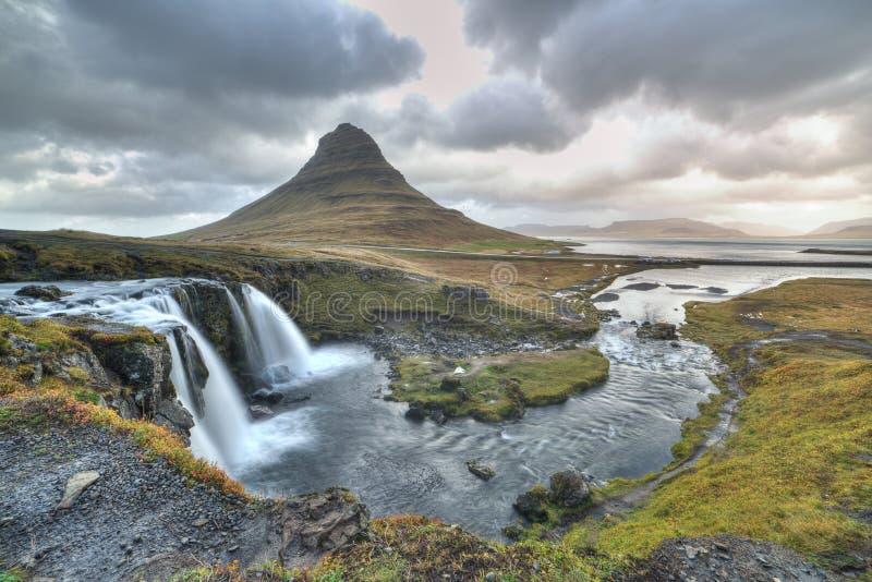 Montanha de Kirkjufellfoss e de Kirkjufell fotos de stock